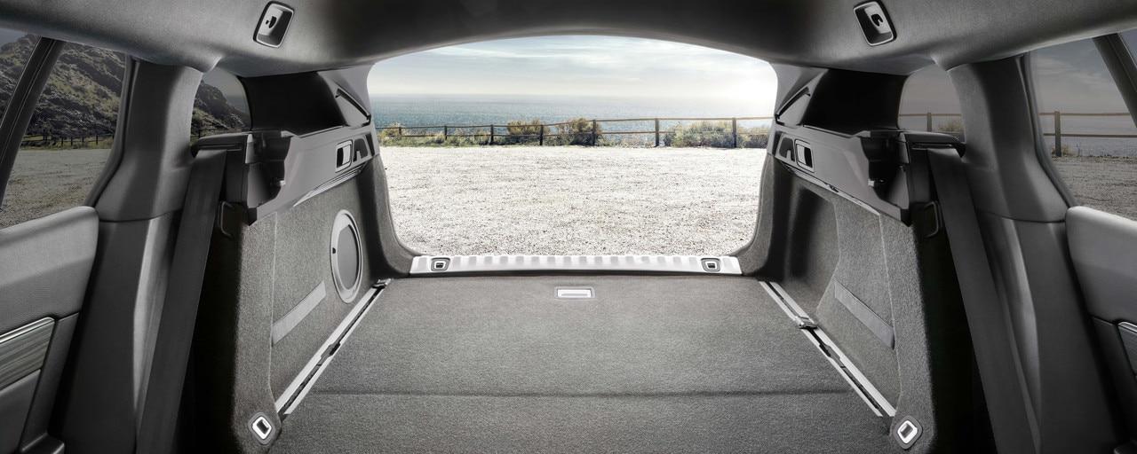 Вместительный багажник нового PEUGEOT 508 SW с электроприводом двери, низкой погрузочной высотой и сеткой для удержания высоких грузов