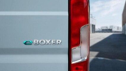 /image/86/8/neuer-peugeot-e-boxer-kastenwagen-e-logo-am-heck.706868.jpg